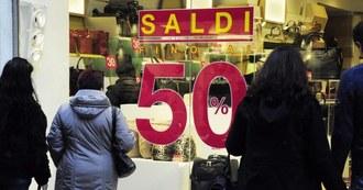Sabato al via i saldi invernali: stima di spesa di 250 euro a nucleo familiare, 70 in meno dell'anno scorso